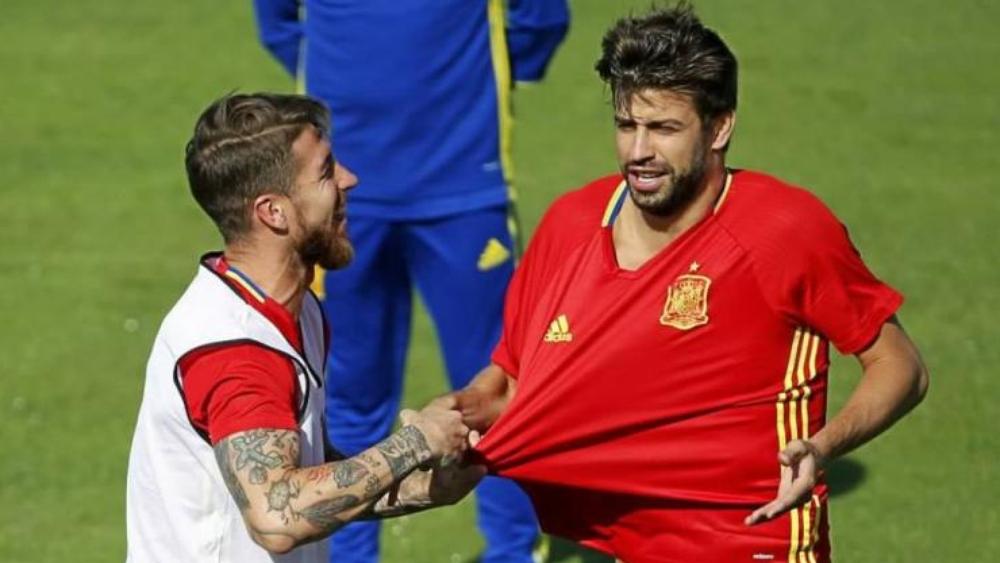 لاعبا منتخب إسبانيا بيكيه وراموس